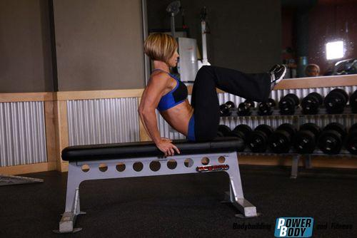 Подтягивания коленей к груди сидя на скамье (скрепка)